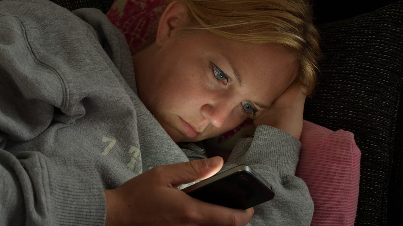 Answering Work Emails On Your Phone At Night Makes You Bad At Work The Next Day