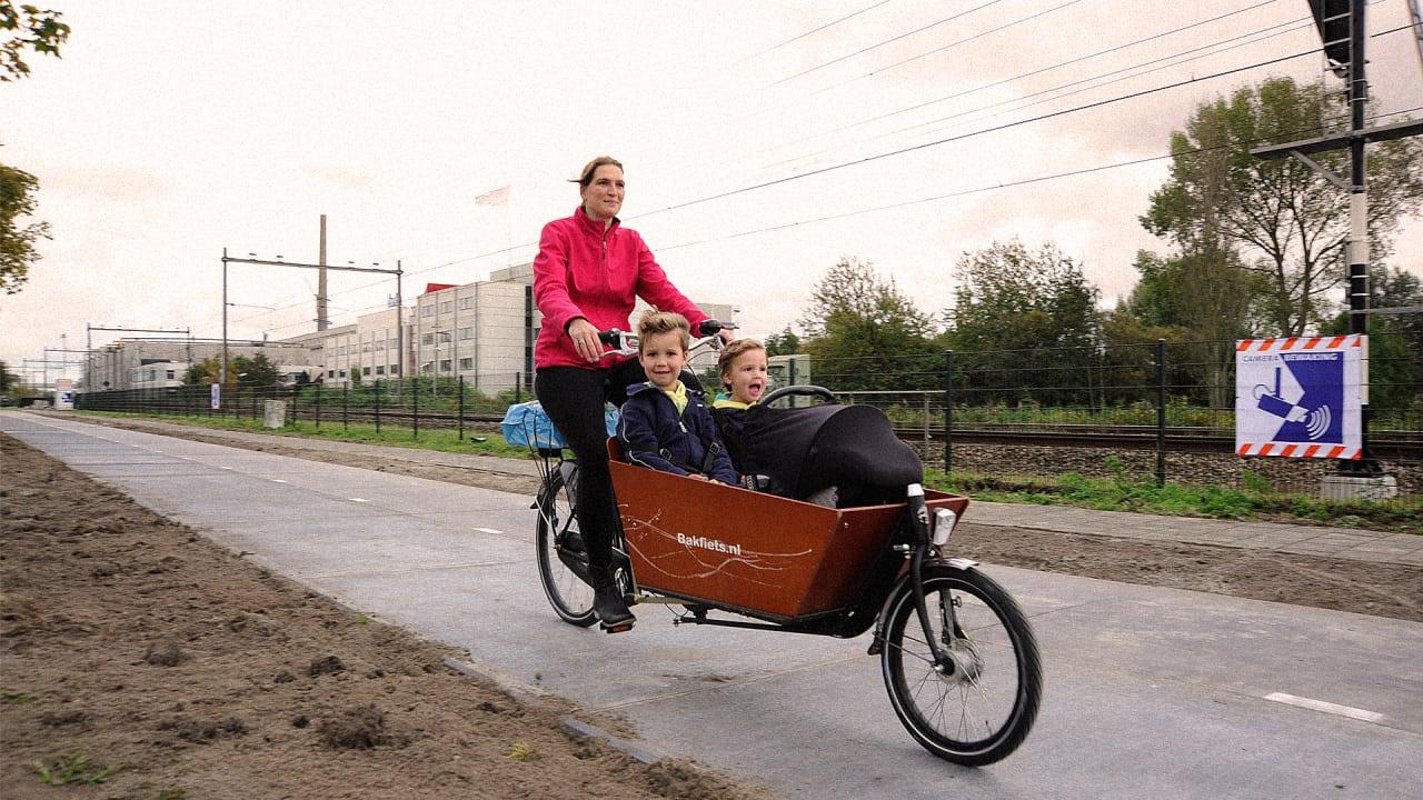 The World's First Solar Bike Path Keeps Bikers Safe, Powers Surrounding Neighborhoods
