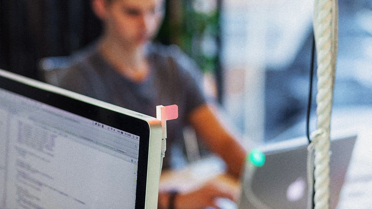 Hate Your Open Office? This Simple Do-Not-Disturb Light May Help You F