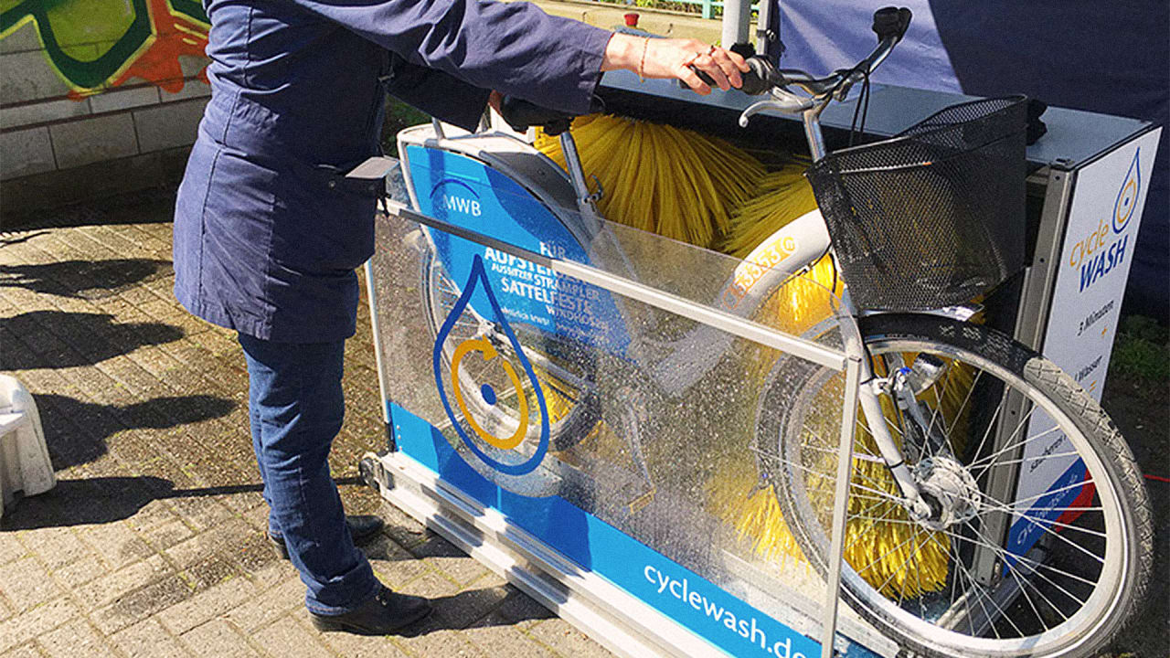 Bike Washing Machine >> Keep Your Ride Shiny With The World S First Mobile Bike Cleaning Machi