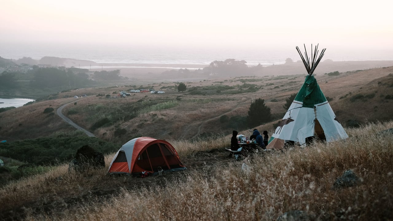 https://images.fastcompany.net/image/upload/w_1280,f_auto,q_auto,fl_lossy/wp-cms/uploads/2017/10/p-1-hipcamp-the-airbnb-of-camping-helped-shelter-those-displaced-by-california-wildfires-ChanslorRanch_JayKijai.jpg