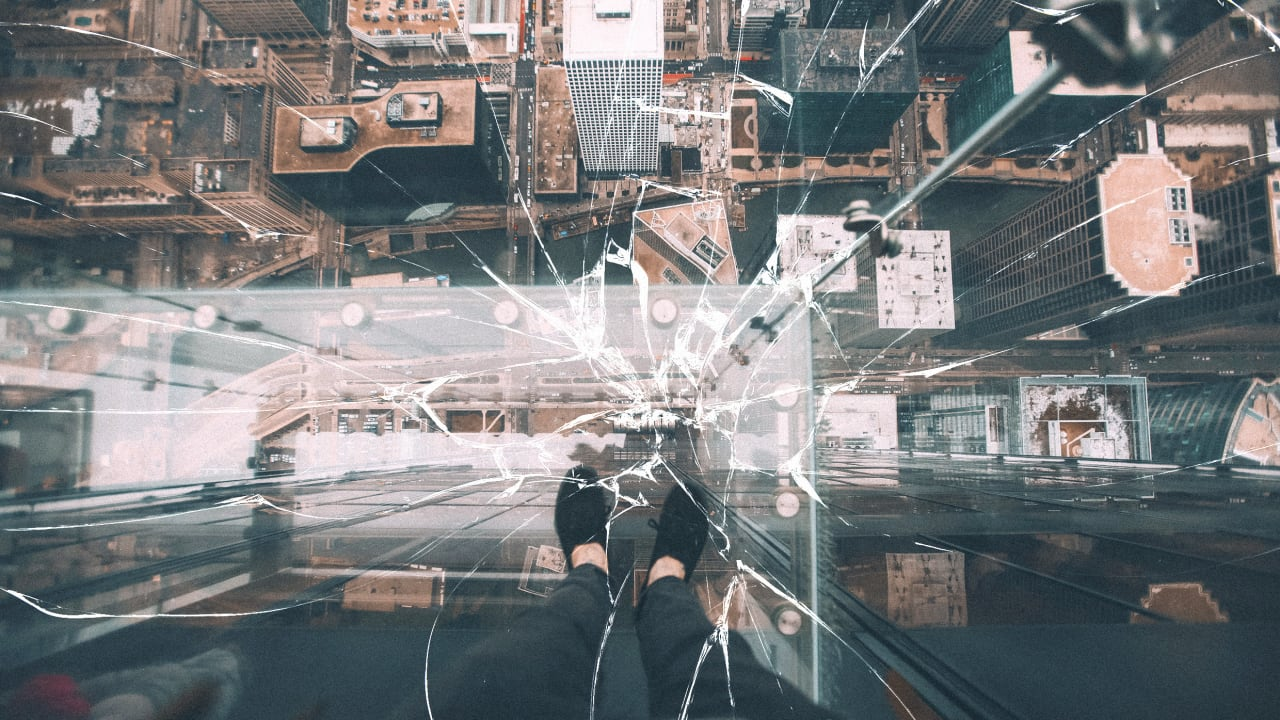 The Willis Tower's glass Skydeck cracks under peoples' feet