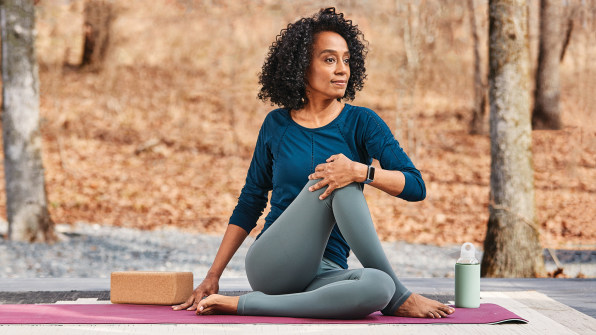 i Fitbit Charge 5 Lifestyle Outdoor Yoga