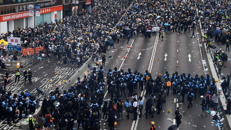 Hong Kong protests: Videos show dramatic wave of resistance against extradition bill