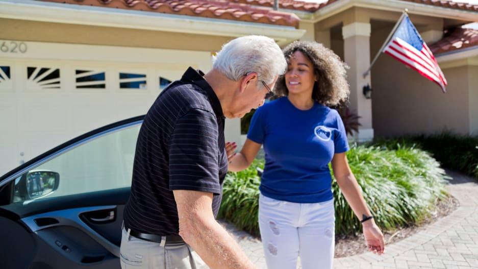 """美国这个应用程序让老年人可以按需预订""""孙子"""",新型老年人服务能在国内扎根吗?"""